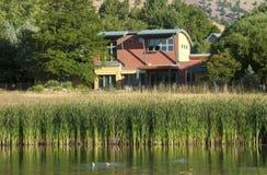 nowożytny domowy brzeg jeziora Obraz Stock