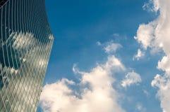 Nowożytny drapacz chmur z odbiciami chmury na okno Obrazy Royalty Free