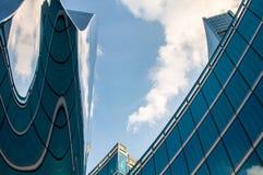 Nowożytny drapacz chmur z odbiciami chmury na okno Zdjęcie Royalty Free