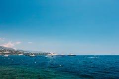 Nowożytny jacht w zatoce W Pogodnym letnim dniu Wakacje na morzu Zdjęcia Stock