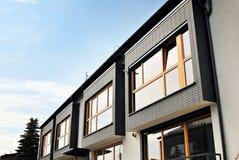 Nowożytny, Luksusowy budynek mieszkaniowy dom nowoczesne mieszkania Zdjęcia Royalty Free