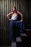 Nowożytny moda model pozuje w szerokiej postawie na drewnianych schodkach, flo zdjęcie royalty free