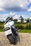 Nowożytny motocykl na tle historyczni budynki t Zdjęcia Royalty Free