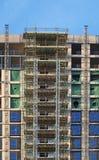 nowo?ytny multistory budynek mieszkaniowy w budowie z rusztowania i d?wignika ramami pod niebieskim niebem obraz stock