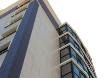 Nowożytny, nowy wykonawczy budynek mieszkaniowy na bielu, Zdjęcia Stock
