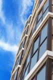 Nowożytny, nowy wykonawczy budynek mieszkaniowy na bielu, Obrazy Royalty Free