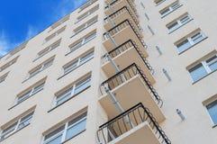 Nowożytny, nowy wykonawczy budynek mieszkaniowy na bielu, Obraz Stock
