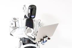 Nowożytny robot stoi z notatnikiem Zdjęcie Stock