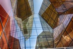 Nowożytny szklany budynek w abstrakcie