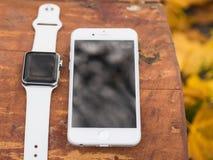 Nowożytny telefon i zegarek Fotografia Royalty Free