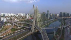 nowoczesna architektura przerzuca most nowożytnego Łączyć dwa różnego punktu Kabel zostawał bridżowym w świacie, Sao Paulo Brazyl zbiory wideo