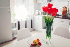 nowoczesna kuchnia projektu Wnętrze biel i srebro kuchnia dekorował z kwiatami Wygodny mieszkanie Fotografia Royalty Free
