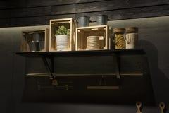 nowoczesna kuchnia wewnętrznego Elementy projekt na półce na popielatej ścianie Zdjęcie Royalty Free
