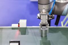 Nowoczesna technologia i precyzja robota chwyt dla chwyta produktu w procesie produkcyjnym zdjęcia stock
