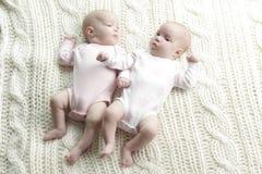 Nowonarodzeni bliźniaków dzieci zdjęcia royalty free
