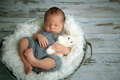 Nowonarodzona chłopiec, śpi pokojowo w koszu, ubierał w dzianinie Obrazy Royalty Free