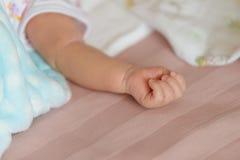 Nowonarodzona chłopiec ręka zdjęcia royalty free