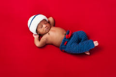Nowonarodzona chłopiec w żeglarza kostiumu Obrazy Royalty Free