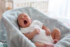 Nowonarodzona chłopiec w kołysać krzesła, śpi pokojowo Zdjęcia Royalty Free