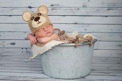 Nowonarodzona chłopiec w Teaddy niedźwiedzia kostiumu Fotografia Stock