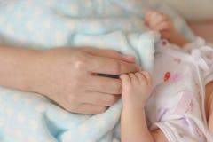 Nowonarodzona dziecka mienia matek ręka zdjęcie stock