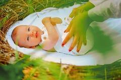 nowonarodzona dziecko opieka Nowonarodzona dziewczynka lub chłopiec Intrauterine okres Dziecko podczas okresu niemowlęctwo normal fotografia royalty free
