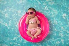 Nowonarodzona dziewczynka Jest ubranym bikini i okulary przeciwsłonecznych Zdjęcie Royalty Free