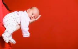 Nowonarodzona dziewczynka w wygodzie mam ręki Zdjęcie Stock