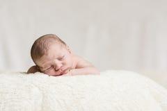 Nowonarodzonego dziecka Męski dosypianie na koc Fotografia Royalty Free