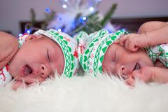 Nowonarodzony bliźniaczy chłopiec spać obraz stock