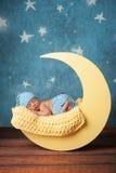 Nowonarodzony chłopiec dosypianie na księżyc Zdjęcia Royalty Free
