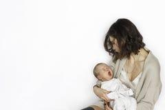 Nowonarodzony chłopiec dosypianie, yawing na macierzystej ` s ręce Fotografia Stock