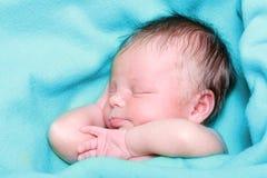 nowonarodzony chłopiec dosypianie Fotografia Royalty Free