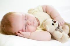 Nowonarodzony dziecka dosypianie Zdjęcia Royalty Free