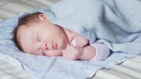 Nowonarodzony dziecka dosypianie na łóżku zdjęcie wideo
