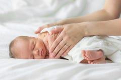 Nowonarodzony dziecka dosypianie na koc Zdjęcia Royalty Free