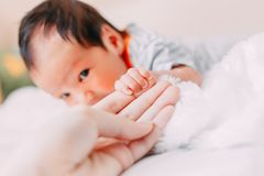nowonarodzony dziecka mienia mother& x27; s palec zdjęcie stock