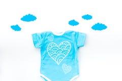 Nowonarodzony dziecka ` s sen pojęcie Stawiać dziecka łóżko Dziecka bodysuit blisko chmurnieje na białego tła odgórnym widoku Zdjęcia Royalty Free