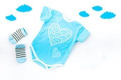 Nowonarodzony dziecka ` s sen pojęcie Stawiać dziecka łóżko Dziecka bodysuit blisko chmurnieje na białej tło odgórnego widoku kop Obraz Stock