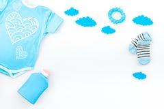 Nowonarodzony dziecka ` s sen pojęcie Stawiać dziecka łóżko Dziecka bodysuit blisko chmurnieje na białej tło odgórnego widoku kop Obrazy Royalty Free