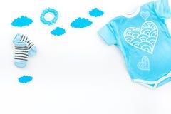Nowonarodzony dziecka ` s sen pojęcie Stawiać dziecka łóżko Dziecka bodysuit blisko chmurnieje na białej tło odgórnego widoku kop Fotografia Stock