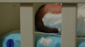 Nowonarodzony dziecka ziewanie w łóżku zdjęcie wideo