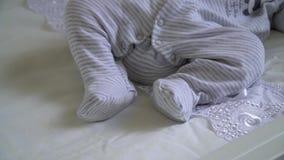 Nowonarodzony dziecko śpi na łóżku zbiory wideo