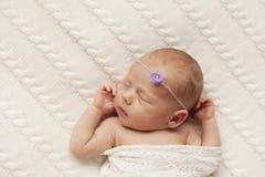 Nowonarodzony dziecko śpi na białej szkockiej kracie zdjęcia stock
