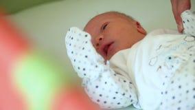 Nowonarodzony dziecko Kłaść w ściąga zbiory wideo