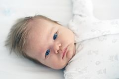 Nowonarodzony dziecko kłama w pepinierze na łóżku zdjęcia stock