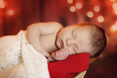 Nowonarodzony dziecko na czerwonym tle Obrazy Stock