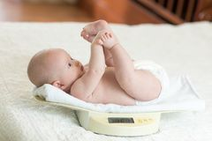 Nowonarodzony dziecko na ważyć skala fotografia stock