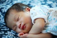 Nowonarodzony dziecko pokojowo śpi Fotografia Royalty Free