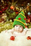Nowonarodzony dziecko portret, Szczęśliwy Nowonarodzony dzieciak, dziecko w Zielonym Nowym Ye zdjęcia stock